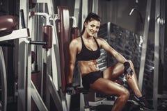 Αθλητική νέα γυναίκα που στηρίζεται μετά από την άσκηση στη γυμναστική Στοκ φωτογραφίες με δικαίωμα ελεύθερης χρήσης