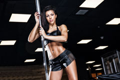 Αθλητική νέα κυρία που κάνει workout με τα βάρη Στοκ εικόνα με δικαίωμα ελεύθερης χρήσης