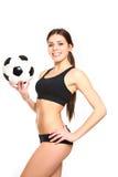 Αθλητική τοποθέτηση γυναικών με μια σφαίρα ποδοσφαίρου σε ένα άσπρο υπόβαθρο Στοκ φωτογραφίες με δικαίωμα ελεύθερης χρήσης