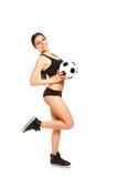 Αθλητική τοποθέτηση κοριτσιών με μια σφαίρα ποδοσφαίρου Στοκ Εικόνες
