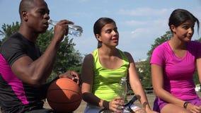 Αθλητικοί άνθρωποι που πίνουν το εμφιαλωμένο νερό απόθεμα βίντεο