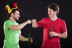 Αθλητικοί ανεμιστήρες με την μπύρα στοκ εικόνα