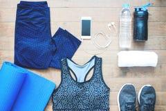 Αθλητικοί εξοπλισμοί Αθλητικός στηθόδεσμος Παπούτσια Smartphone και αθλητισμού στο ξύλινο πάτωμα, υγιής τρόπος ζωής στοκ φωτογραφίες με δικαίωμα ελεύθερης χρήσης