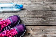 Αθλητικοί δρομείς και ένα μπουκάλι νερό Στοκ Εικόνες