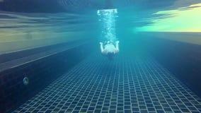 Αθλητικός νέος τύπος στην πισίνα, υποβρύχια άποψη Θερινός χρόνος διακοπών Κάμερα δράσης απόθεμα βίντεο