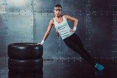 Αθλητικός πρότυπος κάνοντας πυρήνας γυναικών ικανότητας κατάλληλος, ώθηση-UPS Στοκ Φωτογραφία