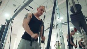 Αθλητικός τύπος που κάνει την άσκηση στα triceps με το σχοινί απόθεμα βίντεο
