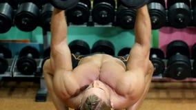 Αθλητικός τύπος που κάνει τις ασκήσεις με τον αλτήρα στη γυμναστική απόθεμα βίντεο