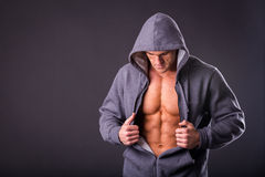 Αθλητικός τύπος σε μια φόρμα γυμναστικής Στοκ εικόνες με δικαίωμα ελεύθερης χρήσης