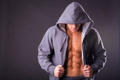 Αθλητικός τύπος σε μια φόρμα γυμναστικής Στοκ Φωτογραφίες