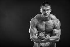 Αθλητικός τύπος σε μια φόρμα γυμναστικής Στοκ εικόνα με δικαίωμα ελεύθερης χρήσης