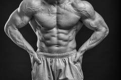 Αθλητικός τύπος σε μια φόρμα γυμναστικής Στοκ φωτογραφίες με δικαίωμα ελεύθερης χρήσης