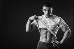 Αθλητικός τύπος σε μια φόρμα γυμναστικής Στοκ φωτογραφία με δικαίωμα ελεύθερης χρήσης