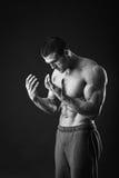 Αθλητικός τύπος σε μια φόρμα γυμναστικής Στοκ Εικόνες