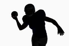 Αθλητικός τύπος σκιαγραφιών που ρίχνει το ποδόσφαιρο Στοκ Εικόνα