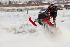 Αθλητικός τύπος στο όχημα για το χιόνι στη διαδρομή Στοκ Φωτογραφία