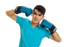 0 αθλητικός τύπος brunette στα μπλε εγκιβωτίζοντας γάντια και τον ομοιόμορφο εγκιβωτισμό άσκησης που απομονώνονται στο άσπρο υπόβ Στοκ Εικόνα