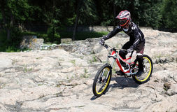 Αθλητικός τύπος sportswear στους γύρους βουνών ποδηλάτων στις πέτρες ι Στοκ φωτογραφίες με δικαίωμα ελεύθερης χρήσης