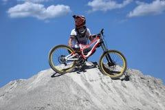 Αθλητικός τύπος sportswear στους γύρους βουνών ποδηλάτων στις πέτρες Στοκ Εικόνες