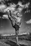 Αθλητικό άτομο που κάνει τα asanas γιόγκας στο πάρκο Στοκ Εικόνες