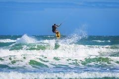 Αθλητικό άτομο που οδηγά στα εν πλω κύματα πινάκων κυματωγών ικτίνων στοκ εικόνα με δικαίωμα ελεύθερης χρήσης