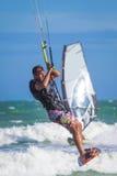 Αθλητικό άτομο που οδηγά στα κύματα θάλασσας πινάκων κυματωγών ικτίνων Στοκ φωτογραφία με δικαίωμα ελεύθερης χρήσης
