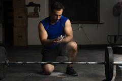 Αθλητικό άτομο που χρησιμοποιεί την κιμωλία γυμναστικής στοκ φωτογραφίες