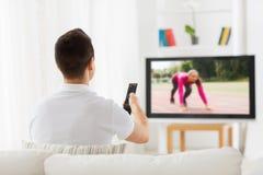 Αθλητικό κανάλι προσοχής ατόμων στη TV στο σπίτι Στοκ Εικόνες