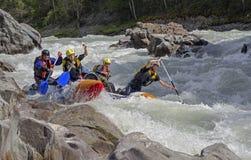 Αθλητικό καταμαράν στα ορμητικά σημεία ποταμού Στοκ εικόνες με δικαίωμα ελεύθερης χρήσης