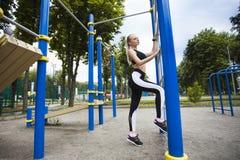 Αθλητικό κορίτσι κατά τη διάρκεια του workout στην παιδική χαρά Στοκ Εικόνες