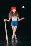 Αθλητικό κορίτσι με τον εξοπλισμό μπέιζ-μπώλ που απομονώνεται στο Μαύρο Στοκ εικόνες με δικαίωμα ελεύθερης χρήσης