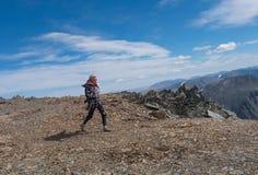 Αθλητικό κορίτσι που περπατά στα βουνά Στοκ Εικόνες