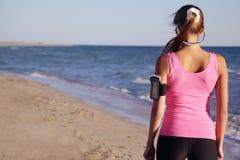Αθλητικό κορίτσι στην παραλία από την πλάτη Στοκ Εικόνες