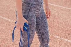 Αθλητικό κορίτσι workout άσκηση Ικανότητα υγεία Νέο κορίτσι με Στοκ Εικόνες