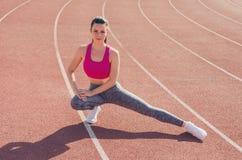 Αθλητικό κορίτσι workout άσκηση Ικανότητα υγεία Νέο κορίτσι στο ST Στοκ φωτογραφίες με δικαίωμα ελεύθερης χρήσης