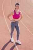 Αθλητικό κορίτσι workout άσκηση Ικανότητα υγεία Νέο κορίτσι στο ST Στοκ Εικόνες