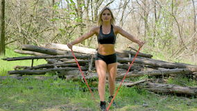Αθλητικό νέο κορίτσι στα ξύλα απόθεμα βίντεο