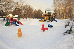 Αθλητικό τυχερό παιχνίδι παιδιών σύνθετο το χειμώνα Στοκ Εικόνες