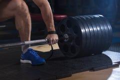 Αθλητικό υπόβαθρο Νέος αθλητής που παίρνει έτοιμος για την κατάρτιση ανύψωσης βάρους Στοκ φωτογραφία με δικαίωμα ελεύθερης χρήσης