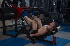 Αθλητικό υπόβαθρο Νέος αθλητής που παίρνει έτοιμος για την κατάρτιση ανύψωσης βάρους Στοκ εικόνες με δικαίωμα ελεύθερης χρήσης