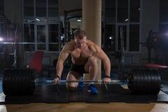 Αθλητικό υπόβαθρο Νέος αθλητής που παίρνει έτοιμος για την κατάρτιση ανύψωσης βάρους Στοκ Εικόνα