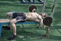 Αθλητικό υπόβαθρο, νέος αθλητής που παίρνει έτοιμο για το liftin βάρους Στοκ Φωτογραφία