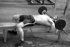 Αθλητικό υπόβαθρο, νέος αθλητής που παίρνει έτοιμο για το liftin βάρους Στοκ Φωτογραφίες