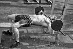 Αθλητικό υπόβαθρο, νέος αθλητής που παίρνει έτοιμο για το liftin βάρους Στοκ φωτογραφία με δικαίωμα ελεύθερης χρήσης