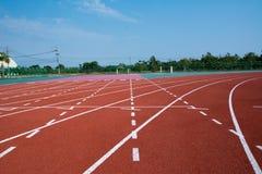 Αθλητισμού λαστιχένιο τυποποιημένο κόκκινο χρώμα διαδρομής σταδίων τρέχοντας Στοκ Φωτογραφία