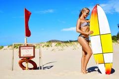 Αθλητισμός θερινού νερού Διακοπές παραλιών σερφ Γυναίκα bikini Στοκ φωτογραφίες με δικαίωμα ελεύθερης χρήσης