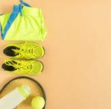 Αθλητισμός, ικανότητα, αντισφαίριση, υγιής τρόπος ζωής, αθλητική ουσία Ρακέτα αντισφαίρισης, εκπαιδευτές ασβέστη, σφαίρα αντισφαί Στοκ Φωτογραφίες