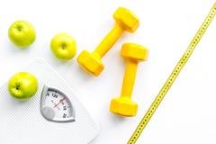 Αθλητισμός και διατροφή για την απώλεια του βάρους Κλίμακα, μήλο και αλτήρας λουτρών στην άσπρη τοπ άποψη υποβάθρου στοκ φωτογραφίες με δικαίωμα ελεύθερης χρήσης