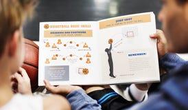 Αθλητισμός καλαθοσφαίρισης που εκπαιδεύει την έννοια εκμάθησης προγύμνασης Στοκ Εικόνες