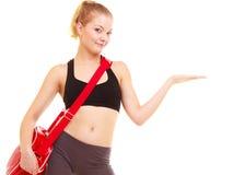 αθλητισμός Κορίτσι ικανότητας με την τσάντα γυμναστικής που παρουσιάζει διάστημα αντιγράφων Στοκ Φωτογραφία